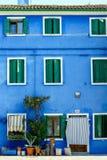 Det hemtrevliga italienska huset med blått beklär Royaltyfri Bild