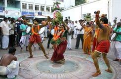 Det hinduiska folket antar bärande bonam i den Bonalu festivalen arkivbilder
