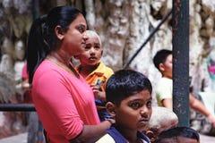 Det hinduiska folket besöker till de Batu grottorna i Malaysia Arkivbild