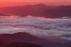 Det hisnande molnhavet på soluppgång - gry, Ceahlau berg, Rumänien royaltyfri fotografi
