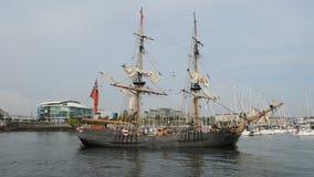 Det historiska högväxta skeppet seglar in i den Plymouth hamnen lager videofilmer