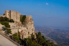 Det historiska slottet av Venedig i Erice, Sicily sitter kick ovanför den nedanföra staden arkivbilder