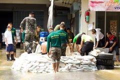 det hjälpande folket tjäna som soldat thai royaltyfria foton