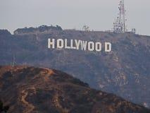 Det Hollywood tecknet på monteringslä fotografering för bildbyråer