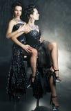 Det homosexuella paret som flörtar kvinnor i erotiskt, poserar fotografering för bildbyråer