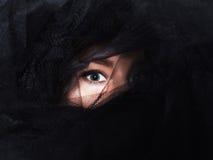 Det härliga kvinnaögat under svarten skyler Fotografering för Bildbyråer