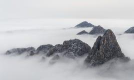 Det Huangshan berget fördunklar i avståndet royaltyfri fotografi