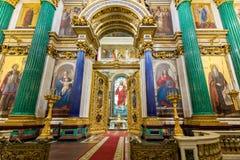 Det huvudsakliga altaret, målat glass av uppståndelsen av domkyrkan för ` s för KristusSt Isaac, inre Arkivfoto