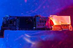Det huvudsakliga brädet från telefonen, i vattnet med blått och röda ljus i vattnet royaltyfri fotografi
