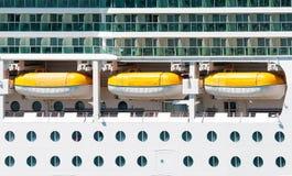 Det huvudsakliga däcket med livräddningsbåtar Arkivbild