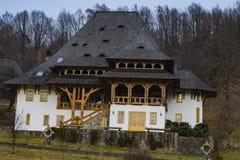 Det huvudsakliga prästhuset på den Barsana kloster royaltyfri foto