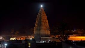 Det huvudsakliga tempelkomplexet i Hampi p? natten lager videofilmer