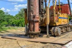 Det hydrauliska fundamentet traver borrandemaskinen på plats arkivfoto