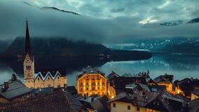 Det Iconic berget överträffar nära sjön i fjällängar royaltyfri fotografi