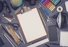 Det idérika arkitektskrivbordet skissar modellen royaltyfria foton