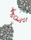 Det idérika hälsningkortet för glad jul med trädet som göras med granfilialer som dekoreras med stjärnan och röda festliga garner arkivfoton