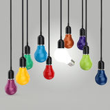 Det idérika idé- och ledarskapbegreppet färgar den ljusa kulan Fotografering för Bildbyråer