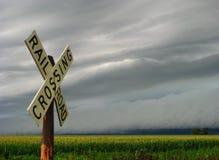 Det illavarslande stormmolnet att närma sig järnvägkorsningen Fotografering för Bildbyråer