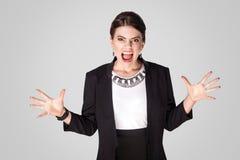 Det ilskna affärskvinnaropet, vrålar på kameran fotografering för bildbyråer