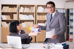 Det ilskna framstickandet som ger reprimand underordnad anställd arkivbild