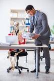 Det ilskna framstickandet som skriker på hans skelett- anställd Fotografering för Bildbyråer