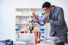 Det ilskna framstickandet som skriker på hans skelett- anställd Arkivbilder