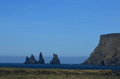 Det imponerande havet staplar av kusten av Vik Iceland arkivbilder