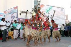 Det indiska stam- folket utför traditionell dans Royaltyfri Fotografi