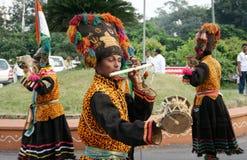Det indiska stam- folket utför traditionell dans Royaltyfria Bilder