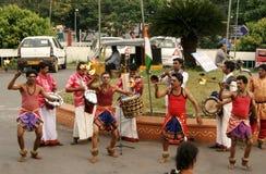 Det indiska stam- folket utför traditionell dans Royaltyfria Foton