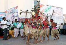 Det indiska stam- folket utför traditionell dans Arkivbilder