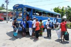 Det infödda Fijianfolket reser med bussen i Fiji royaltyfri foto