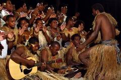 Det infödda Fijianfolket sjunger och dansar i Fiji arkivbilder