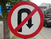 Det inget U-svängtecknet är på trottoaren royaltyfria foton