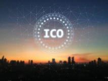 Det initiala myntet som erbjuder ICO-glöd, ledde undertecknar över soluppgång och stadsbakgrund royaltyfri illustrationer