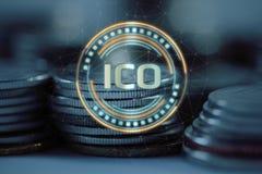 Det initiala myntet som erbjuder ICO, ledde hologramsvävande över högen av vanliga mynt vektor illustrationer