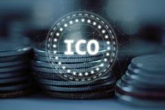 Det initiala myntet som erbjuder ICO-logo, ledde hologramsvävande över högbunten av vanliga mynt med bunden nätverksbakgrund stock illustrationer