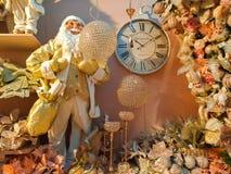Det inomhus av härlig jul shoppar i Sant ` Elpidio en sto med Santa Claus, klockan och andra deocrations Fotografering för Bildbyråer