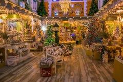 Det inomhus av jul shoppar, regeringstiden av Santa Claus Royaltyfria Bilder