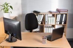 Det inre moderna kontoret tömmer, ingen kropp på skrivbordet Arkivbilder