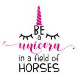 Det inspirerande citationstecknet: ` Är en enhörning i ett fält av häst` på en vit bakgrund vektor illustrationer
