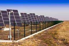 det installerade fältet panels sol- Arkivbilder