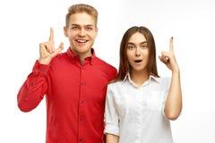 Det intelligenta folket lyfter pekfingret får så en bra idé eller goda nyheter om lyckat affären royaltyfria foton