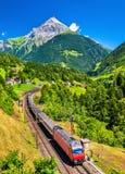 Det Intercity drevet klättrar upp den Gotthard järnvägen - Schweiz royaltyfri fotografi
