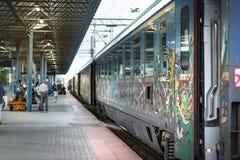Det Intercity grekiska drevet stoppade på Larissa Station i Larissa royaltyfria bilder
