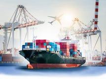 Det internationella behållarelastfartyget med portar sträcker på halsen bron i hamn Royaltyfria Bilder