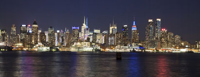 Den New York City Uptownhorisonten i natten Royaltyfri Fotografi