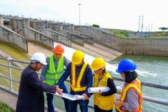 Det iscensätta laget planerar för att framkalla den hydroelektriska fördämningen för att frambringa elektricitet royaltyfria bilder