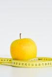Det isolerade äpplet och mätabandet som föreslår, bantar begrepp Fotografering för Bildbyråer