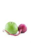 Det isolerade äpplet och rädisan Royaltyfria Foton